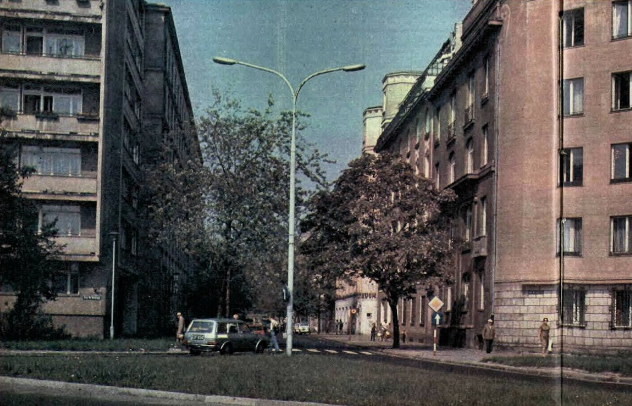 A view of Koszykowa street from the direction of Plac Na Rozdrożu. The inscription 'Ruch' can be seen on the building at 6a Koszykowa. 1979.