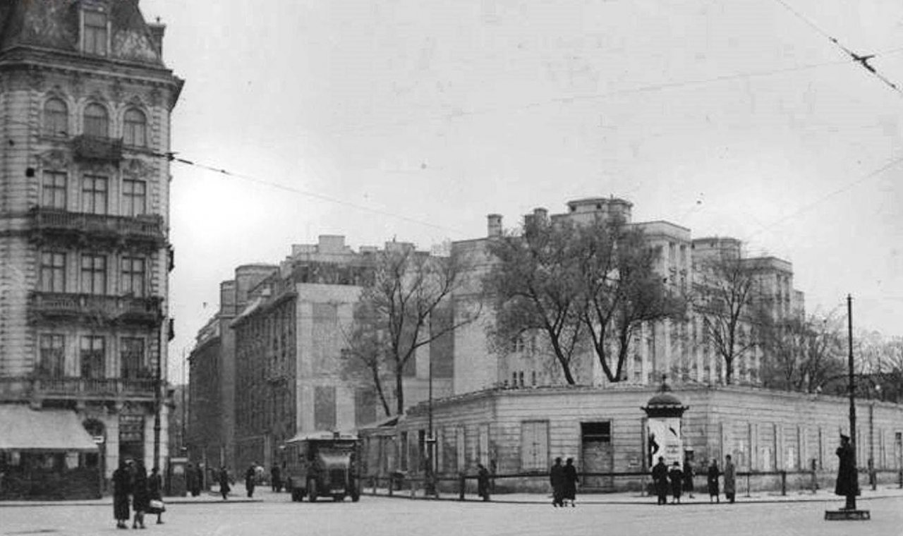 Plac na Rozdrożu and Koszykowa street – early 1930s. The 'turnpikes' of the tenement houses at Koszykowa can be seen.